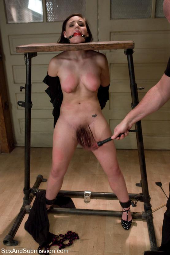избитые голые женщины фото